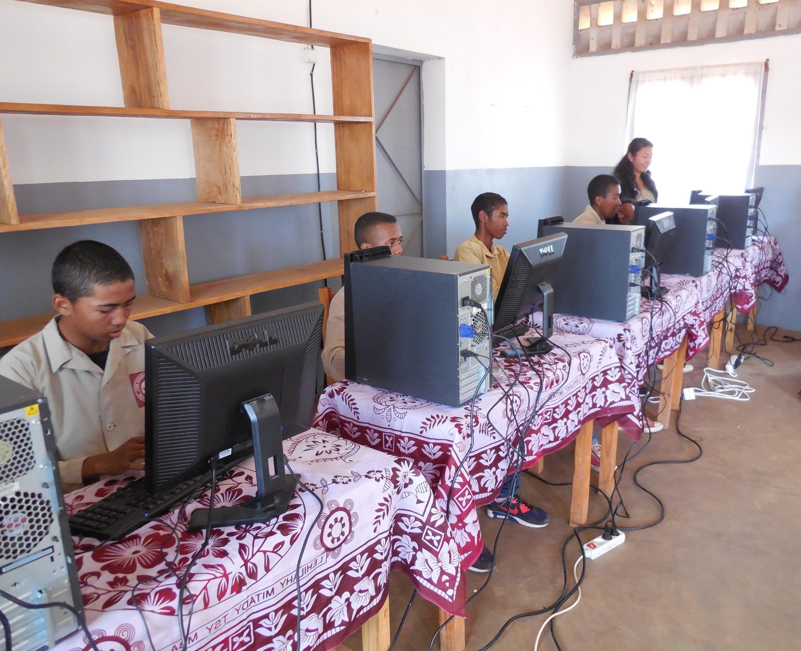 Appui du consulat pour l'apprentissage de l'informatique