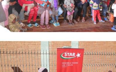 Distribution de couvertures à des enfants démunis